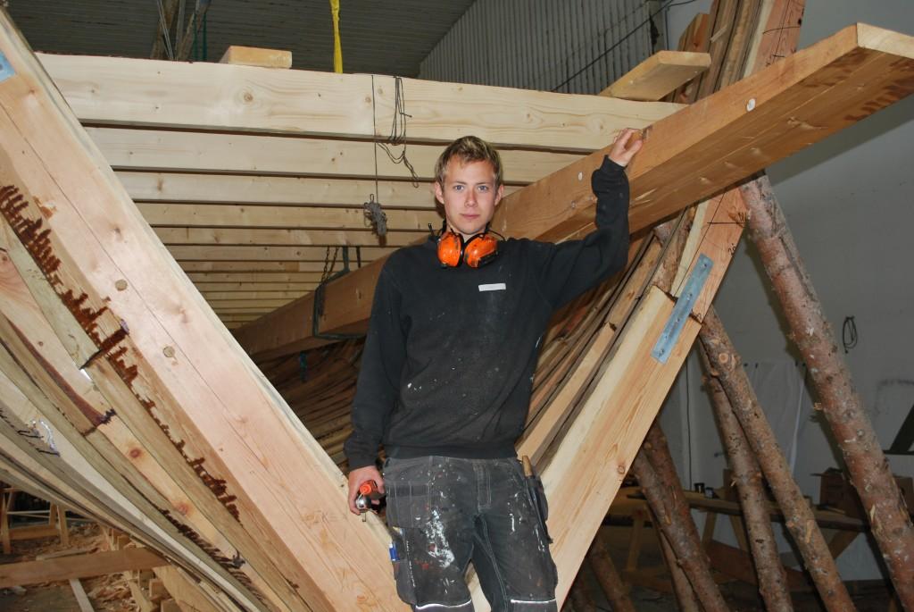 Jørgen Myhr er blitt ivrig båtentusiast etter at han begynte som sivilarbeider på Hardanger Fartøyvernsenter.
