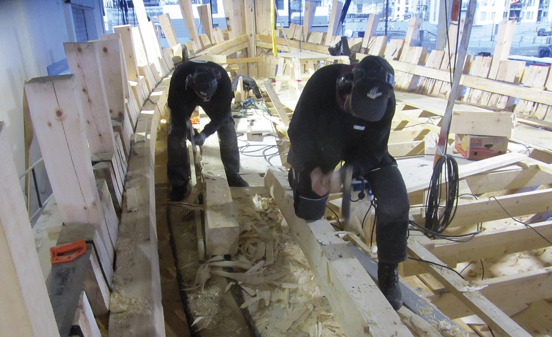 Kasper og Morten hogger og hogger for å bli ferdige med reviséene