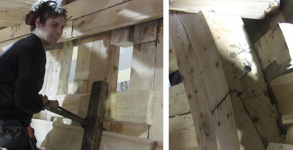 Venstre: Johan sveiver en livholtsplanke inn mot spantene, og ser ut til å trives med den jobben. Høyre: Mellom bjelkene blir det drevet ned en 20 mm bolt i de to høydene med revisè.