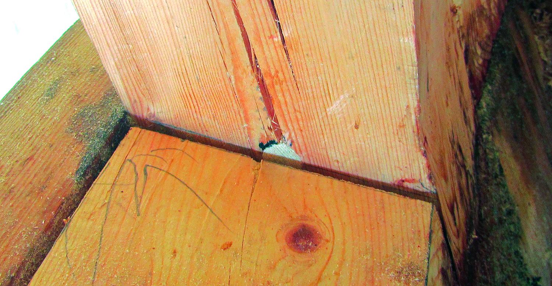 En sprukken rekkestøtte hvor en sjønagle er drevet inn slik at ryggen av naglen er synlig over natet.