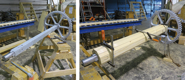 Venstre: Tannhjulet har blitt tredd på hovedakslingen og låst fast der. Høyre: Hovedakslingen kles med treverk.